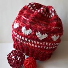 Červená srdíčková čepice