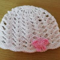 Háčkovaná dírkovaná čepička bavlna motýlek