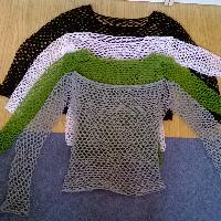 Háčkovaný dírkovaný svetřík
