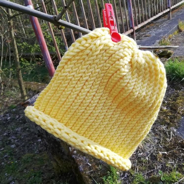 Pletená čepice skladem žlutá