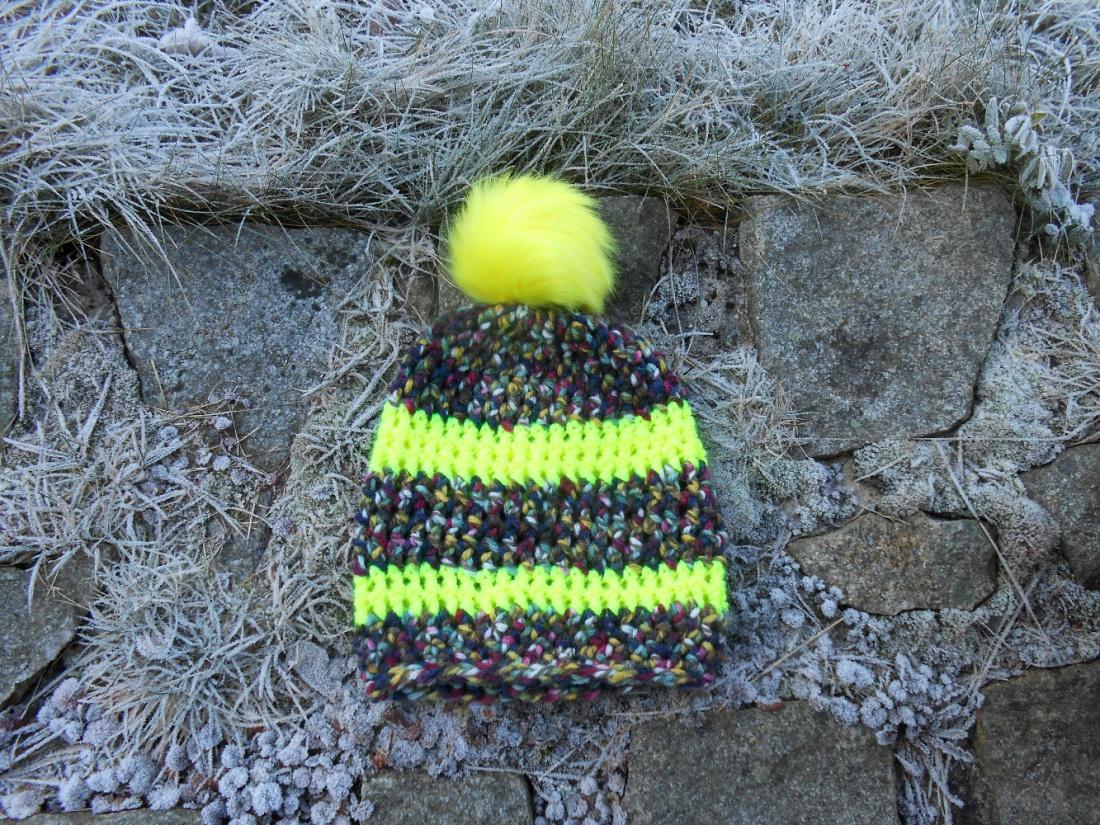 Čepice háčkovaná pestrobarevná s neonově žlutou