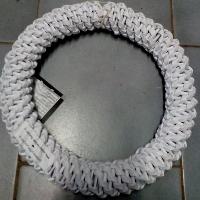 bílý pletený věnec na zdobení