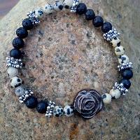 náramek z jaspisu dalmatin a lávy s růží